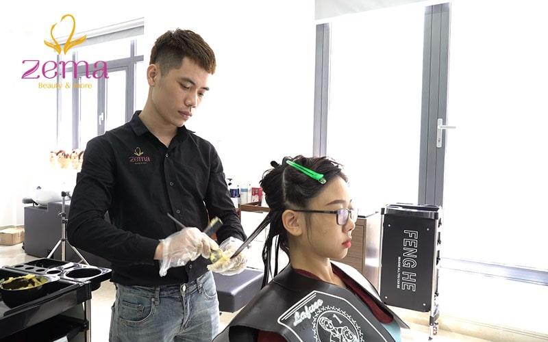Khách hàng uốn tóc tại Zema