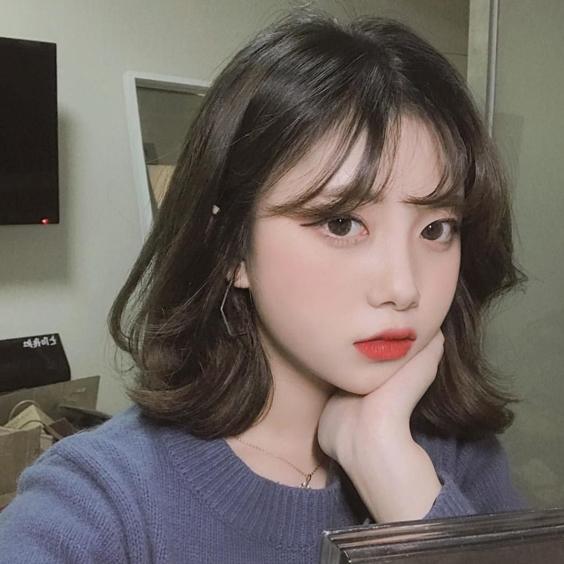 Tóc ngắn uốn xoăn tôn lên nét đẹp của gương mặt