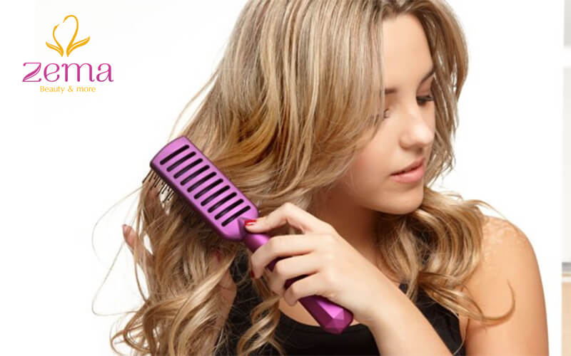 Chải tóc một cách nhẹ nhàng để không bị rụng trong quá trình gội đầu
