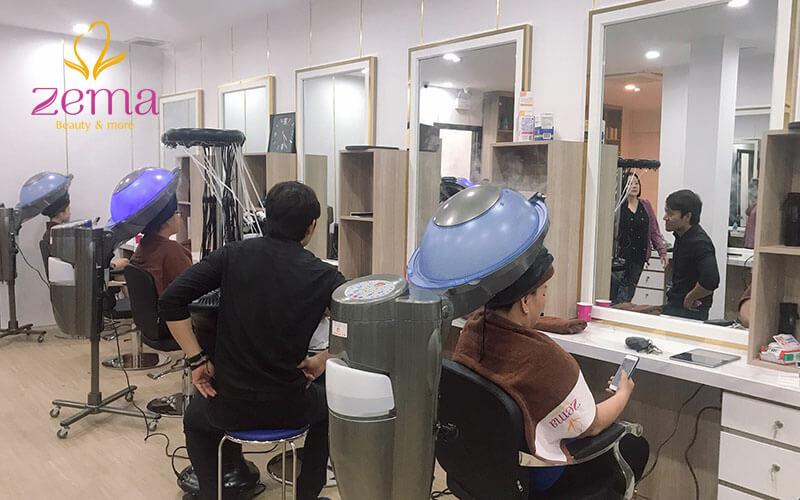 Khách hàng đang thực hiện dịch vụ phục hồi tóc