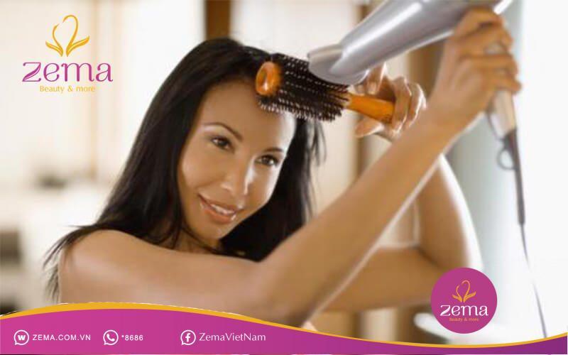 Máy sấy và kẹp tóc giúp cho mái tóc của bạn bồng bềnh và quyến rũ hơn