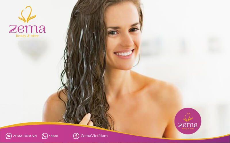 Sau khi gội đầu, tóc xoăn thường dễ bị rối hơn tóc thường