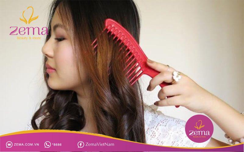 Nên dùng lược răng thưa để chải tóc xoăn