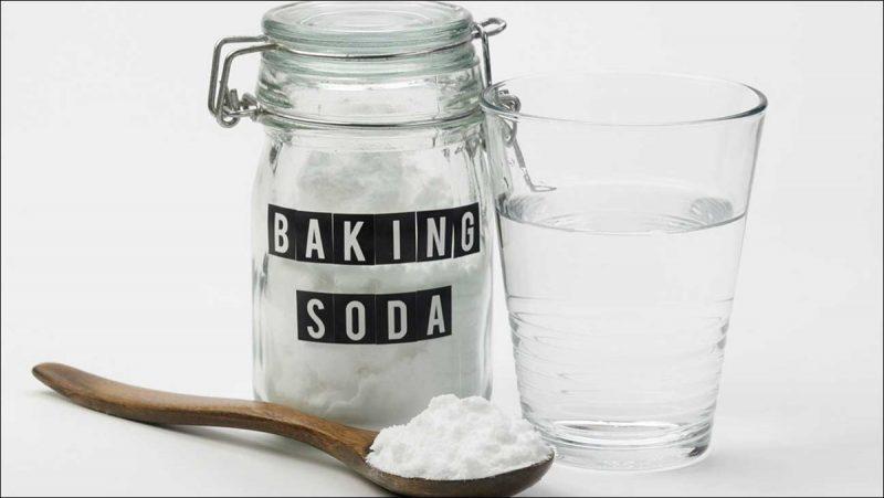 Dùng baking soda chà hồng gót chân tại nhà