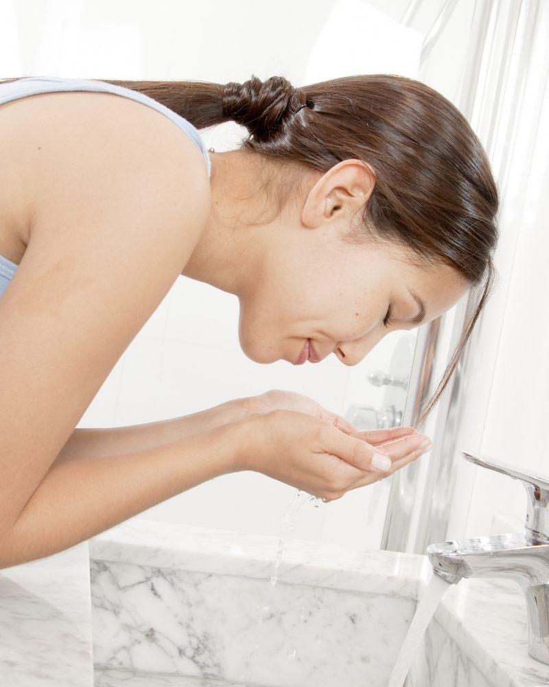 Rửa mặt đúng cách chính là một cách chăm sóc da nhạy cảm đúng cách