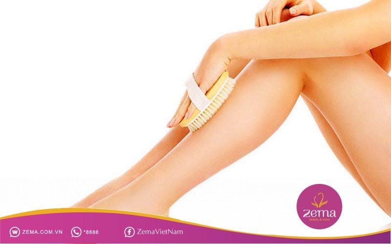 Dùng bàn chải khô ngăn ngừa lông chân mọc ngược