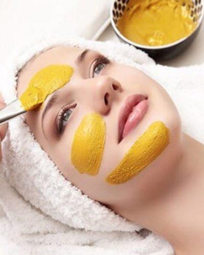 Đắp mặt nạ dưỡng da bằng bột nghệ