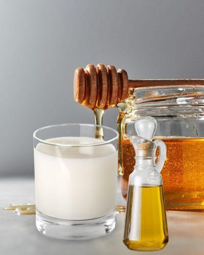 Cách dưỡng da mặt bằng dầu oliu, sữa tươi không đường và mật ong