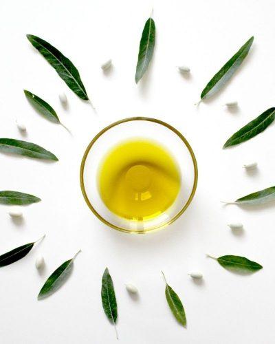 Làm sáng da mặt bằng dầu oliu và giấm