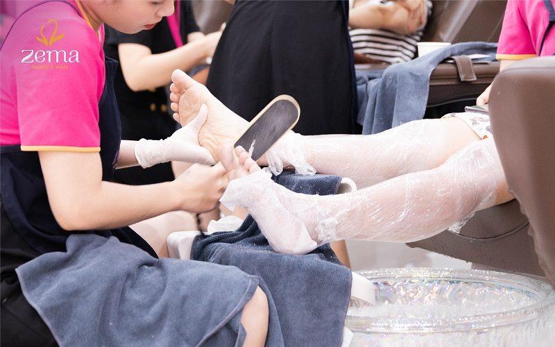 Hạn chế chai sần trên tay chân