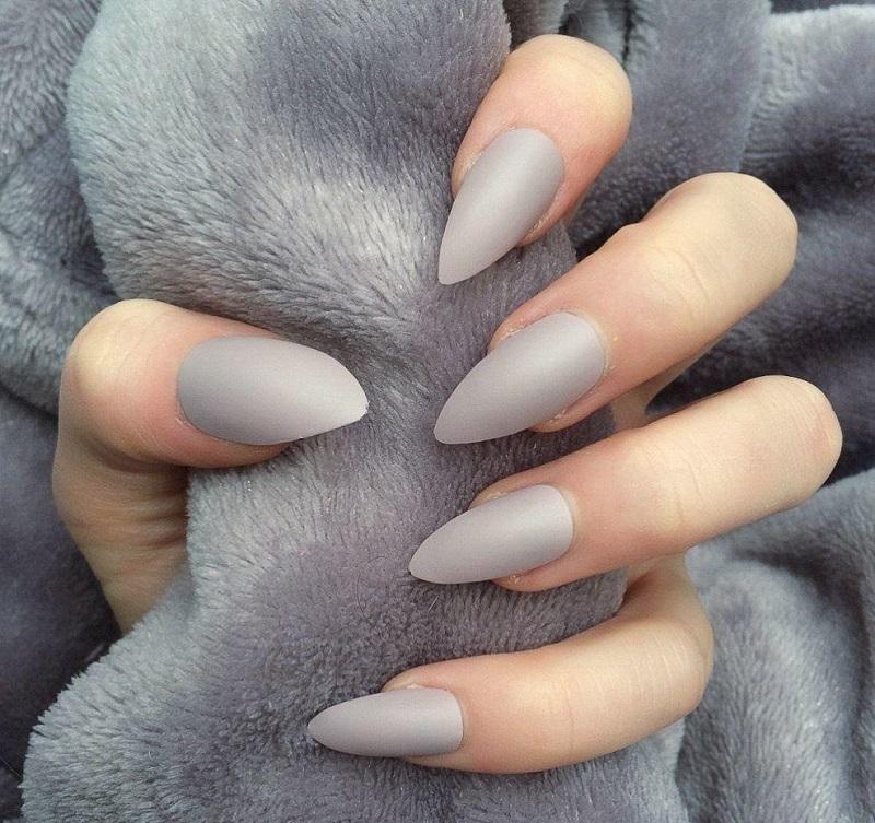Cá tính với nail màu xám