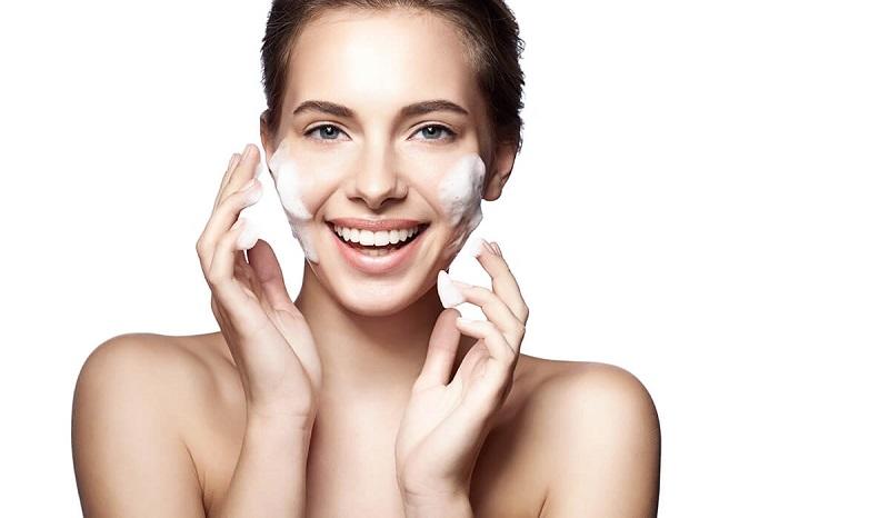 Vệ sinh da sạch sẽ là cách chăm sóc da bị mụn cám hiệu quả