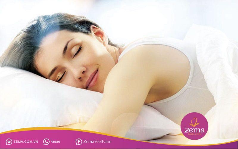 Ngủ đủ giấc cũng giúp da hết mụn