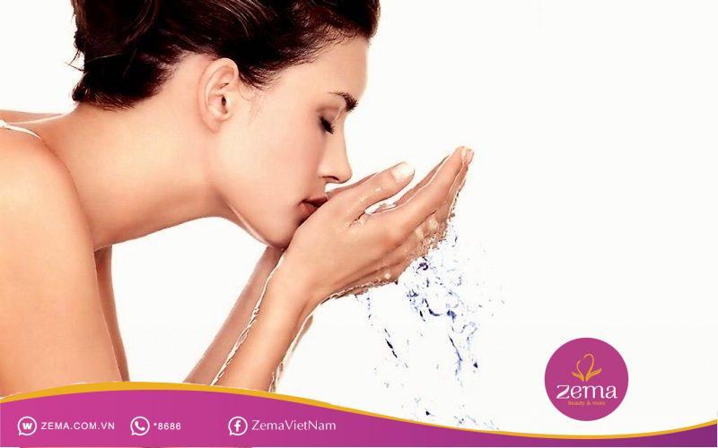 Rửa mặt sạch sẽ trước khi dùng gel trị mụn