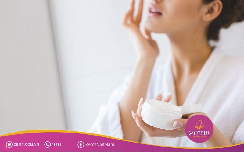 Khi dùng gel trị mụn hãy nhớ massage đều lên mặt