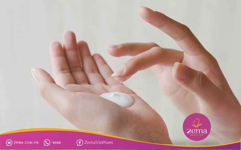 Thoa kem dưỡng là bước quan trọng trước khi tiến các cách trang điểm mặt