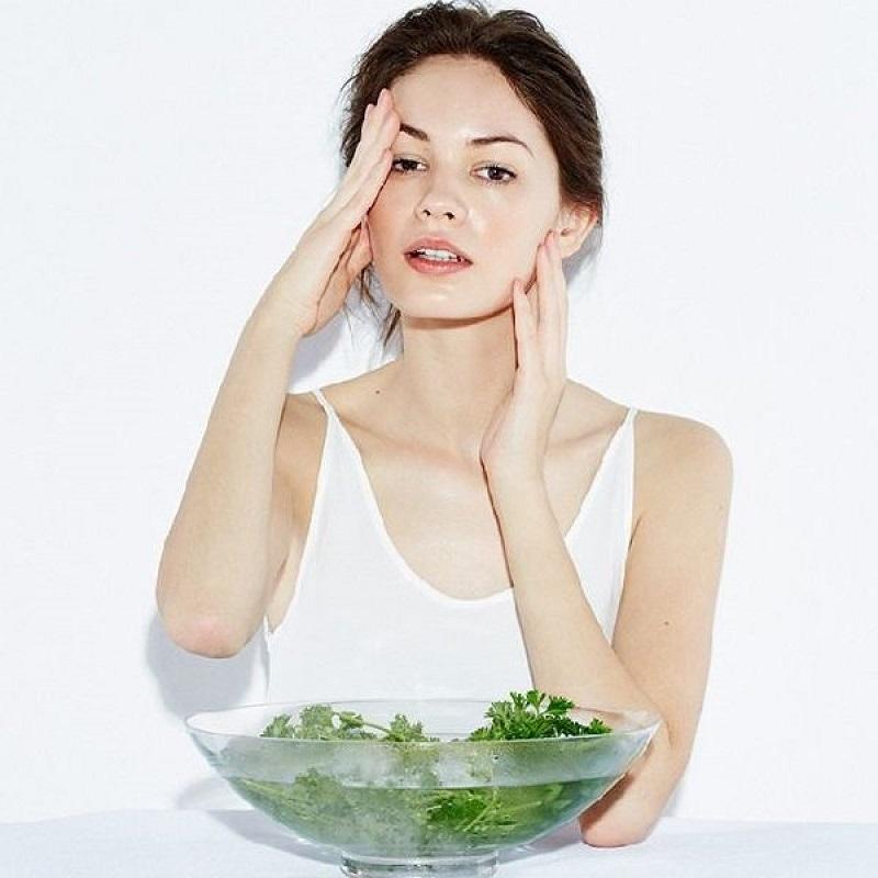 Xông mặt với nước rau mùi tây là có thể trị mụn cám hiệu quả