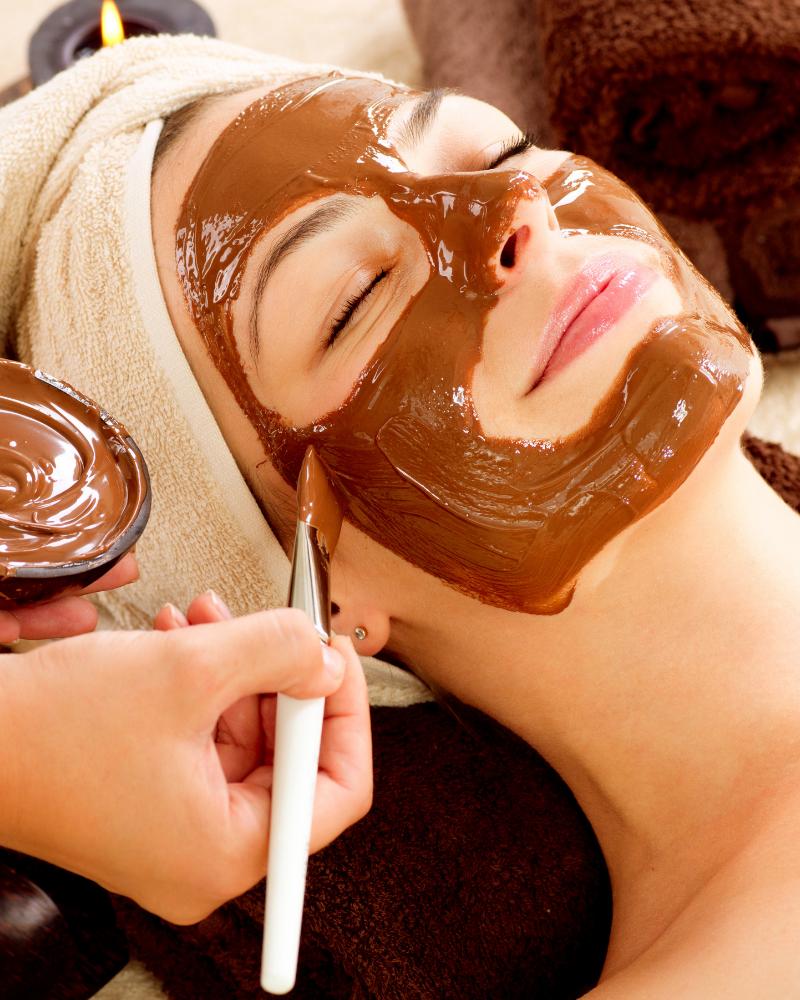 Chăm sóc da mặt bị mụn bằng cách đắp mặt nạ