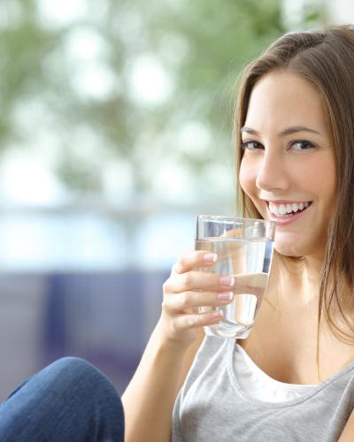 Uống nước để cung cấp độ ẩm cho da