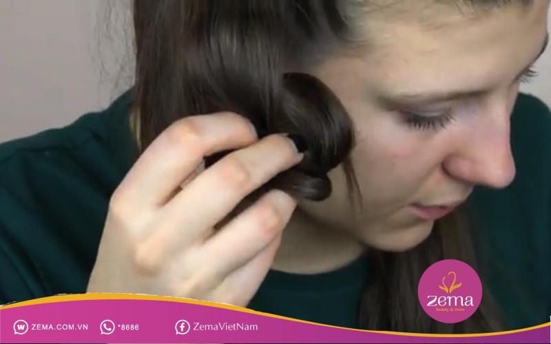 Giữ tóc thành lọn chặt trong 5 giây.