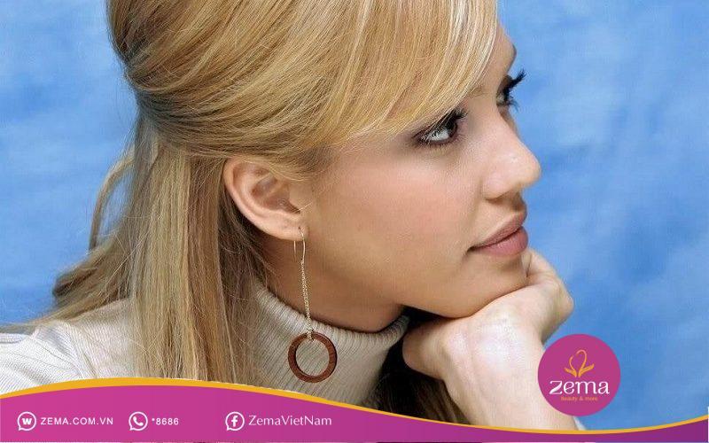 Kiểu tóc búi nửa đầu được tạo bằng cách giữ nếp tóc bằng kẹp càng cua