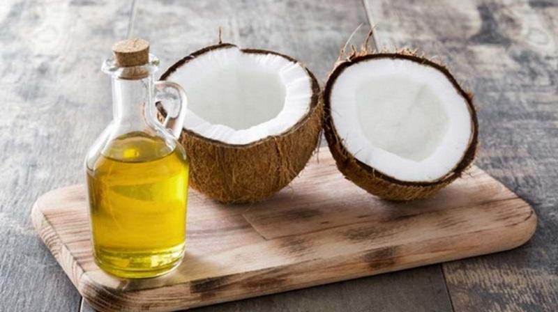 Dầu dừa vừa giúp dưỡng ẩm vừa trị hết mụn nhanh chóng