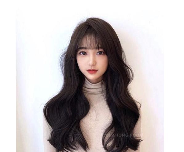 Kiểu tóc dài uốn gợn sóng cho tóc dày kết hợp mái thưa