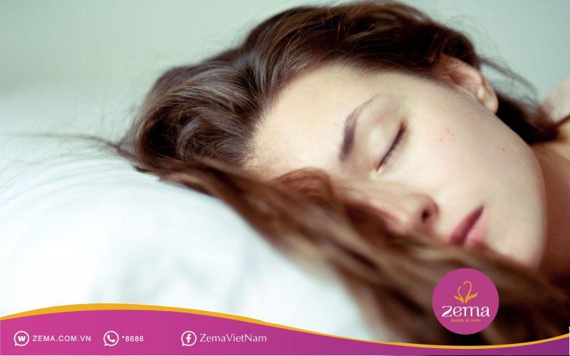 Thả tóc khi ngủ để bảo vệ da đầu và tóc