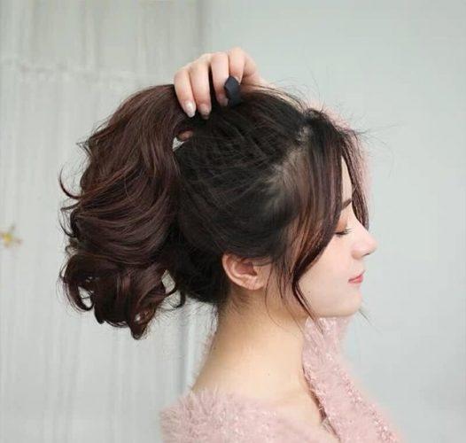 Tóc uốn đuôi cột cao tạo sự năng động cho nàng