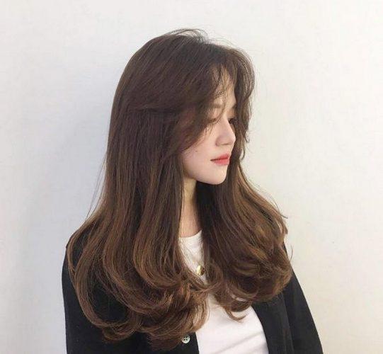Không quá cầu kỳ nhưng mang lại nét nữ tính khác biệt với kiểu tóc uốn đuôi nhẹ
