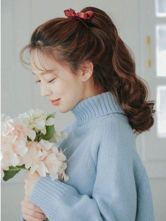 Kiểu tóc xoăn đuôi buộc nơ dễ thương