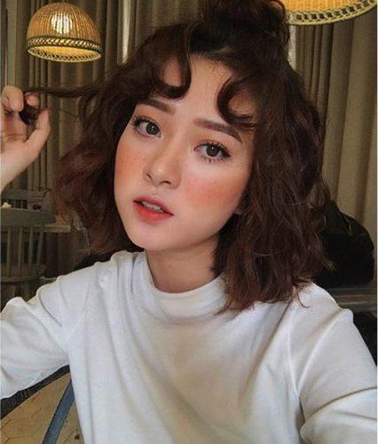 Kiểu tóc uốn xoăn cả đầu búi cao