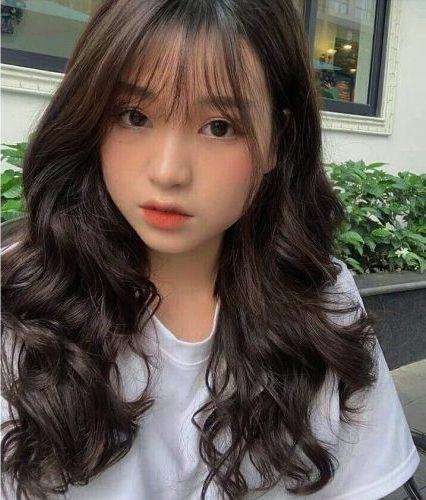 Kiểu tóc uốn xoăn dài mái ngố