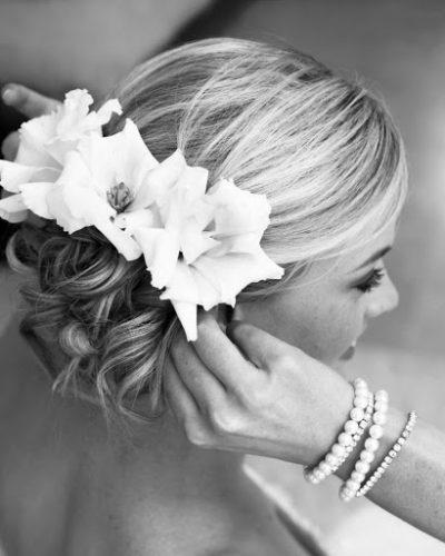 Kiểu búi tóc và hoa tươi