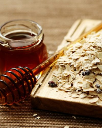 Mật ong và yến mạch giúp làm sạch và tẩy tế bào chết cho da