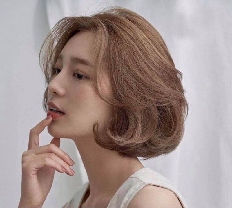 Uốn xoăn đuôi tạo nên sự điệu đà cho cô nàng tóc ngắn