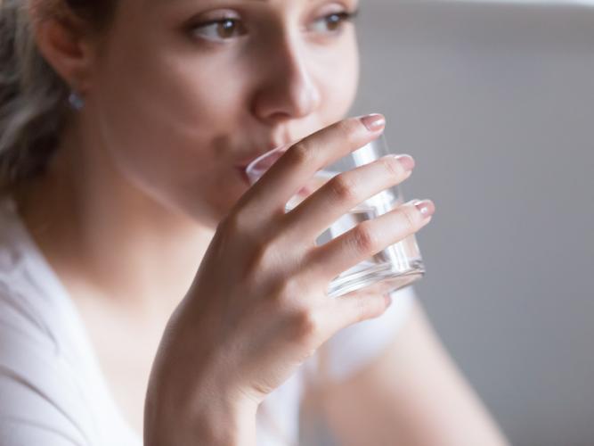 Uống nước mỗi sáng giúp trị sỏi thận