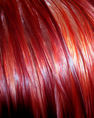 Màu đỏ cam giúp bạn trẻ trung hơn với làn da trắng
