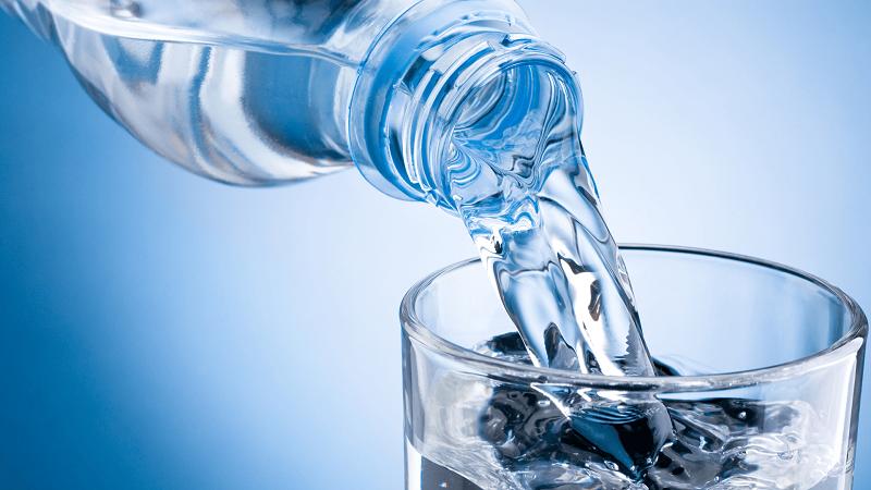 Uống nhiều nước tốt cho sức khỏe và làm đẹp da.