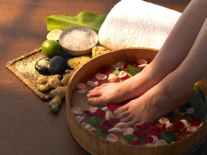 Ngâm chân với muối hoặc gừng