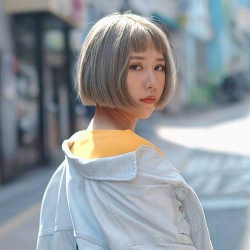 Kiểu tóc uốn cụp kết hợp với mái siêu ngố và màu bạch kim lạ mắt, cá tính