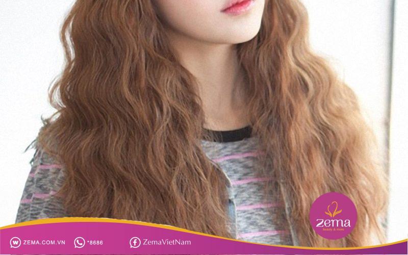 Mái tóc xù khiến nàng nổi bật