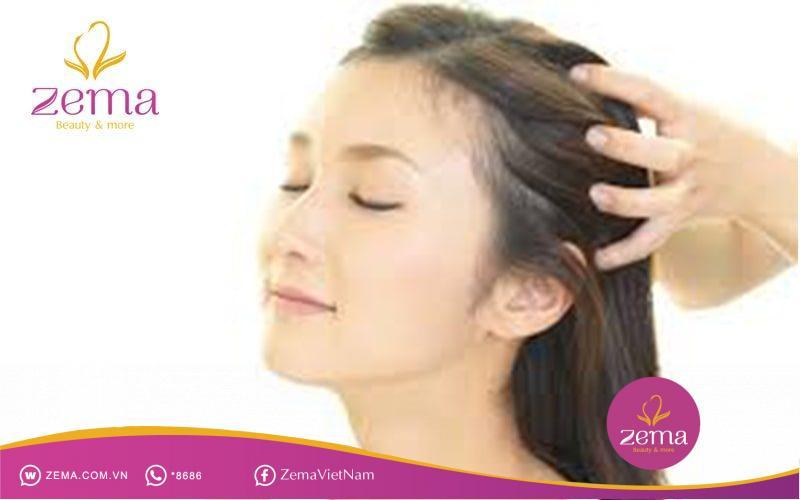 Dùng sáp hoặc gel để giữ nếp tóc xoăn nhẹ