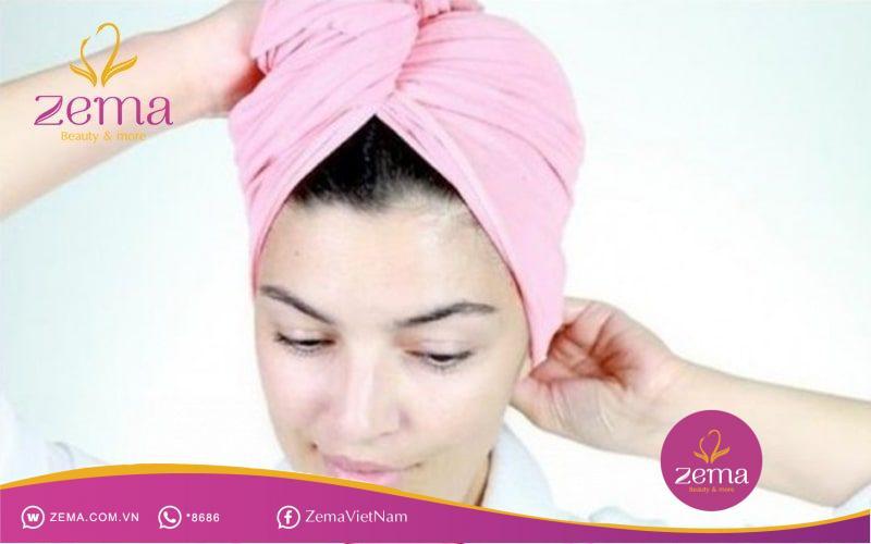 Ủ tóc bằng dầu dừa bảo vệ tóc xoăn nhẹ