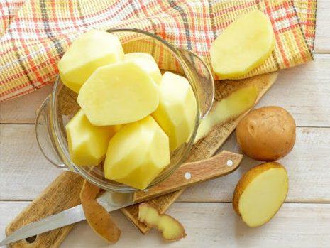 Rửa sạch và cắt lát khoai tây để đắp lên nốt mụn
