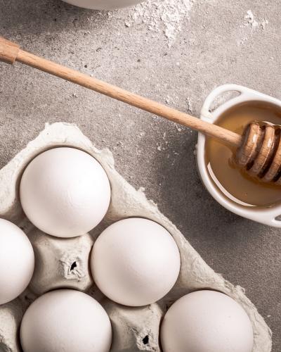 Trứng gà và mật ong giúp trị mụn hiệu quả