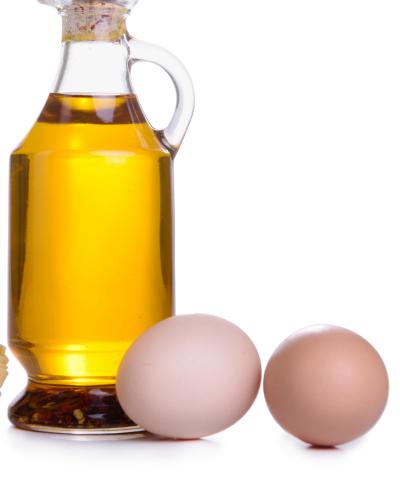 Trứng gà và dầu oliu giúp dưỡng ẩm và trị mụn hiệu quả