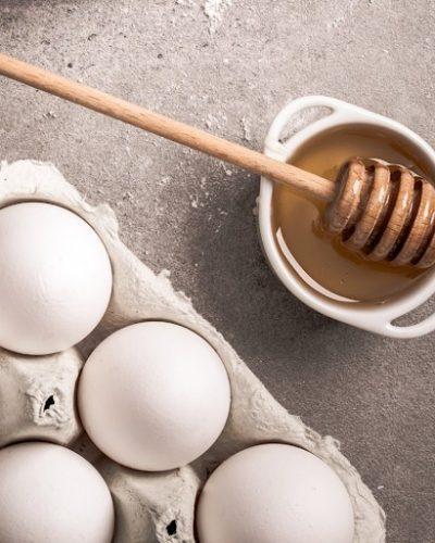 Trứng gà và mật ong giúp da đều màu hơn