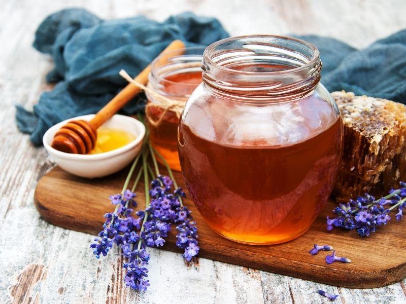 Mật ong kết hợp bột mì có thể dùng trị nám