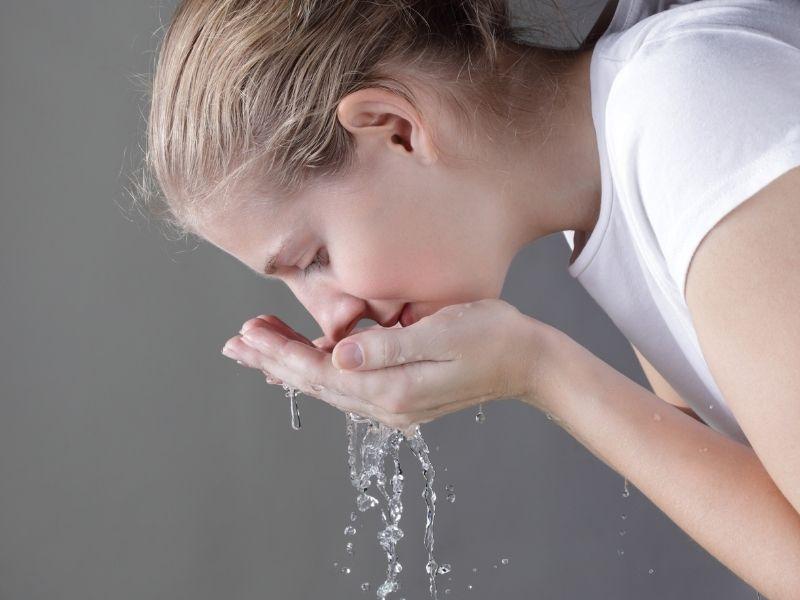 Da cần được làm sạch bởi sữa rửa mặt